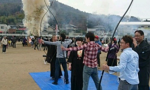 千田学区とんど祭り 弓道体験会風景
